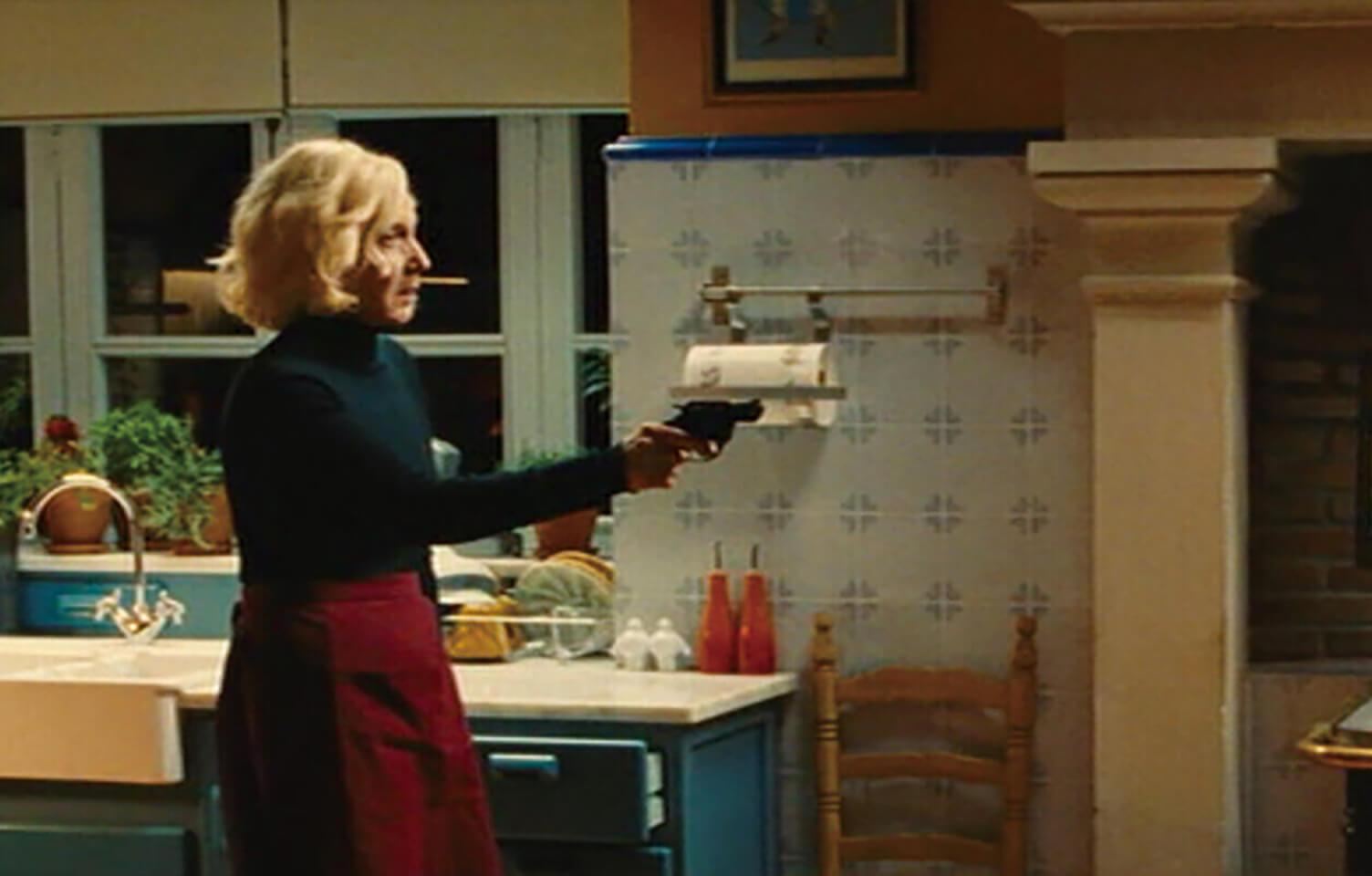 お手伝い「マリリア」が息子に銃を向けるシーン